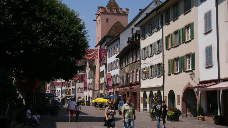 Mit Flaggen und Banner: Die Stadt weist ihr Jahresmotto «Rheinliebe» aus