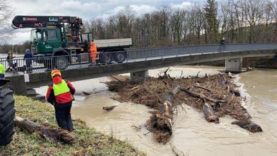 Schwemmholz und umgelegte Baustellenabschrankungen: Mässige Hochwassergefahr im Aargau