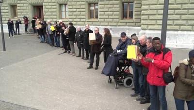 118'000 Unterschriften: SP reicht Prämien-Entlastungs-Initiative ein