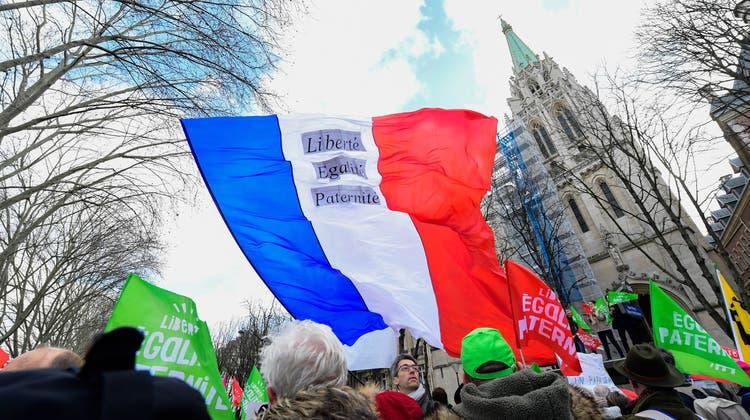Strom gekappt, Häfen blockiert, Kraftwerke gestoppt: Die Rentenproteste in Frankreich eskalieren