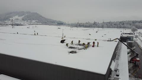 1400 Tonnen Schnee auf dem Denner-Dach sorgen für langen Grosseinsatz der Feuerwehr