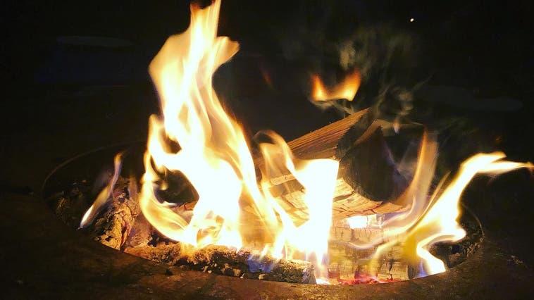 Jugendliche bewachen das Osterfeuer