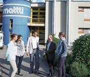 Gemeinderat Florian Spichtig (Mitte) traf sich nach der Gemeindeversammlung mit Anwohnern zu einem Augenschein vor dem Schulhaus Mattli. (Bild: Romano Cuonz (Sachseln, 24. Mai 2018))