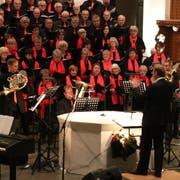 Roman Lopar dirigiert in der katholischen Kirche den Gesamtchor. (Bild: Markus Bösch)