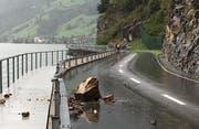 Der rund 300 Kilo schwere Stein beschädigte unter anderem die Leitplanke zwischen Lopperstrasse und dem Steg. Bild: PD (Stansstad, 20. August 2019)
