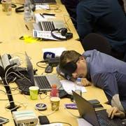 Nicht nur für die Staats- und Regierungschefs, auch für die Journalisten wars eine lange Nacht. (Bild: keystone)