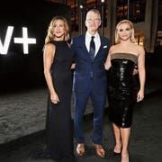 Apple-Boss Tim Cook, umgarnt von Jennifer Aniston (links) und Reese Witherspoon. Bild: Apple