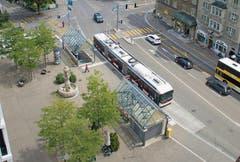 Der erste Auftrag von Santiago Calatrava in St.Gallen: 1983 erstellt er kurz nach dem ETH-Abschluss die Dächlein bei der Bushaltestelle beim «Hirschen» St.Fiden. (Bild: Ralph Ribi - 2. August 2016)