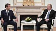 Beäugen sich aus Distanz: Frankreichs Präsident Emmanuel Macron und der russische Präsident Wladimir Putin. (Bild: KEYSTONE/EPA SPUTNIK POOL/ALEXEI NIKOLSKY/SPUTNIK/KREMLIN / POOL)