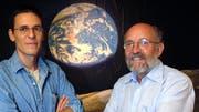 Didier Queloz und Michel Mayor entdeckten 1995 den ersten Exoplaneten bei einem sonnenähnlichen Stern. Seither wurden über 4000 Planeten bei fernen Sternen nachgewiesen. Die Exoplanetenforschung zeigt aber auch, wie einzigartig die Erde ist. (Bild: Keystone/LAURENT GILLIERON)