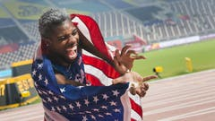 """Er hat seine Gegner über 200 Meter """"gefressen"""". Noah Lyles feiert den Weltmeistertitel auf seine Art: (Bild: Keystone)"""