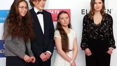 """Die 16 Jahre alte schwedische Umweltaktivistin Greta Thunbergumringt von Mitgliedern der Bewegung """"Fridays For Future"""" an der Gala für die Verleihung der Goldenen Kamera in Berlin. (Bild: KEYSTONE/EPA/FELIPE TRUEBA)"""
