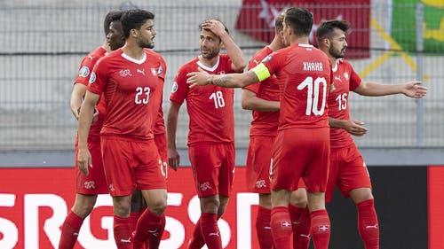 Admir Mehmedi (M.) erhöht in der 43. Minute auf 2:0 für die Schweiz. (Bild: Keystone)