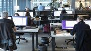 So sieht es normalerweise im Büro der SDA aus. An den eidgenössischen Wahlen wird jedoch ein Textroboter einen Grossteil der Arbeit erledigen. (Bild: Keystone/GAETAN BALLY)
