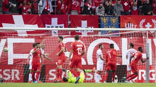 Denis Zakaria (ganz rechts) erlöst die Schweiz in der 37. Minute mit dem Führungstreffer. (Bild: Keystone)