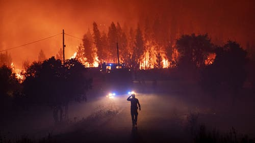 Feuerwehrleute im Kampf gegen das Feuer. (Bild: Keystone)