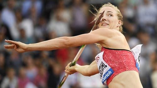 Sieht gefährlich aus, Géraldine Ruckstuhl hat aber beim Speerwurf alles im Griff. Die Siebenkämpferin startet heute in ihr WM-Abenteuer. (Bild: Keystone)