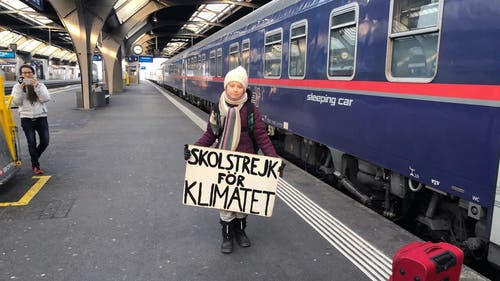 """Die schwedische Klima-Aktivistin Greta Thunberg hat's vorgemacht und reiste im Zug nach Davos statt im Flugzeug. Mittlerweile ist """"Flygskam"""" - """"Flugscham"""" - in Schweden voll im Trend. (Bild: Keystone/ADRIAN REUSSER)"""