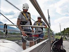 Die Gerüstbauer Karl Frei (links) und Joel Blumer erläutern das Prinzip der Life Line, der Absicherung bei einem Unfall.