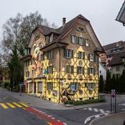 Ein Bär ziert neu das Gebäude an der Bernstrasse 62. (Bild: Stefano Schröter/ABL (Luzern, 26. Oktober 2018))