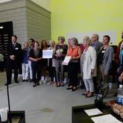 Die freiwilligen Arbeiterinnen und Arbeiter der Zwitscher-Bar nehmen im Kantonsratssaal den Prix Benevol entgegen. (Bild: PD)