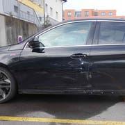 Dieses Auto wurde bei einem Überholmanöver beschädigt. Die Kantonspolizei St.Gallen sucht Zeugen. (Bild: Kapo)
