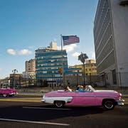Die USA halten den Druck auf Kuba aufrecht: Blick auf die US-Botschaft in Havanna. (Bild: Ramon Espinosa/AP)
