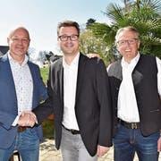 Damals noch ein Herz und eine Seele: Roland Hugentobler (links) und Urs Köppel (rechts) gratulieren Roger Martin zur Wahl. (Bild: PD)