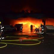 Die Flammen lodern im Churer Postauto-Depot. (Bild: Kapo GR)