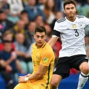Tomi Juric (links) hier im Duell mit Deutschlands Jonas Hector am Confed-Cup 2017. (Bild: Martin Meissner /AP Photo( Sotschi, 19. Juni 2017))