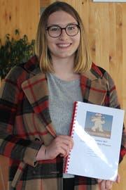 Auf dem Deckblatt von Alina Osterwalders Maturaarbeit prangt das «Bärensignet» des Senders. (Bild: Joëlle Ehrle)