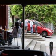 Von einem Kran musste das Auto abtransportiert werden. Schaden ist nicht entstanden. (Bild: Res Lerch)