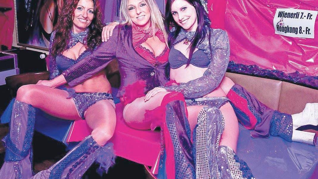 Dreier Mit Zwei Kellnerinnen In Der Bar