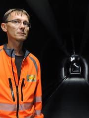 Erwin Elmiger, Koordinator der Ventilator-Revision, im Sicherheitsstollen des Gotthardstrassentunnels. (Bild: Urs Hanhart, 16. September 2019)