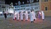 ...am Güdelmontag vom Hinterdorf auf den Schwyzer Hauptplatz. (Bilder: Leser-Reporter)