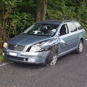 Das bergwärts fahrende Auto wurde bei der Streifkollision mit dem Lieferwagen arg in Mitleidenschaft gezogen. (Bild: Luzerner Polizei (Littau, 7. September 2018)