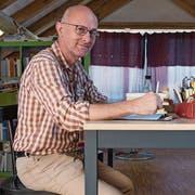 «Ich bin Autor, nicht Schriftsteller» – Paul Steinmann zu Hause an einem seiner sechs Schreibtische. (Bild: Lisa Jenny; Kollbrunn, 27. August 2019)
