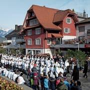 Die Trinkler laufen auf den Sachsler Dorfplatz ein. (Bilder: Corinne Glanzmann (28. November 2018))