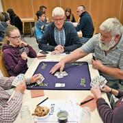 Unter Aufsicht: Die Jasser spielen sich konzentriert zu möglichst wenigen Differenzpunkten. (Bilder: Romano Cuonz, Giswil, 4. April 2019))