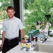 Gymnasiallehrer Urs Spirig im Unterrichtszimmer an der Bündner Kantonsschule. Er unterrichtet Chemie und Biologie. (Bild: PD)