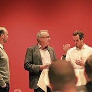 Patrick Fischer (rechts) beantwortet im Saal des Parkhotels in Zug die Fragen von Bruno Waller (Mitte), der zusammen mit Christian Wohlwend gespannt zuhört. (Bild: Charly Keiser, 27. März 2019)