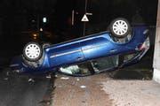 Die Autofahrt des alkoholisierten Lenkers endete auf dem Dach liegend. (Bild: Kapo SG)