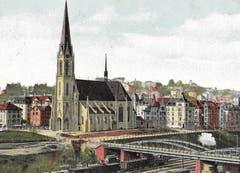 Die katholische Pfarrkirche St.Otmar wurde zwischen November 1905 und April 1908 von August Hardegger erbaut. Davor die Vonwil-Brücke mit dem rege benutzten Güterbahnhof. Ansichtskarte verschickt 1913. (Bild: Sammlung Reto Voneschen)