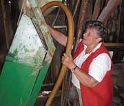Anni Bünter füllt den Wasserbehälter der Wasserbahn. (Bild: Ruedi Wechsler (Wolfenschiessen, 19. Juli 2018))