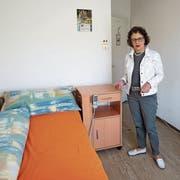 Kathrin Hilber, Präsidentin der Sana Fürstenland, zeigt eines der nicht mehr zeitgemässen Zimmer im «Espel». (Bild: Johannes Wey)