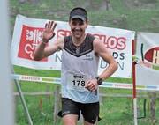 Thomas Schilter jubelt: Der Tagessieger aus Rothenthurm befindet sich kurz vor dem Ziel. (Bild: Urs Hanhart (Bannalp, 18. Juni 2018))
