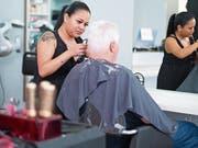 Deysi Yagual bei ihrer Arbeit im Coiffure City Hair. (Bild: Maria Schmid)
