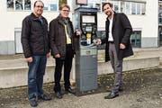 Neu lassen sich die Kosten fürs Parkieren etwa auf dem Marktplatz auch per Twint bezahlen: Markus Rahm, Digitalparking AG, Werner Spiri, Leiter Amt für Sicherheit, und Adrian Plattner, Twint AG. (Bild: Samuel Koch)