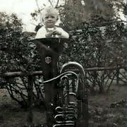 Hermann Bresch als Kind in einer Tuba. (Bild: PD)