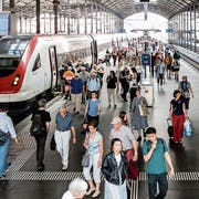Pendler im Bahnhof Luzern. Bis der Durchgangsbahnhof gebaut ist, wird es mindestens 2040, vielleicht auch 2045. (Bild: Philipp Schmidli, 7.Juni 2018)